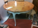 TABLE RONDE PIEDS REPEINT GRIS ST LOUIS XV + 2ALL